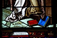 Eglise Saint-Etienne - Deutsch: Bleiglasfenster in der Kirche Saint-Étienne in Étréchy im Département Essonne (Île-de-France), Ausschnitt mit Signatur: L. KOCH A BEAUVAIS (OISE)