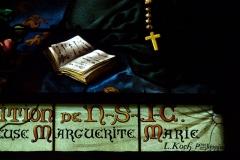 Eglise Saint-Etienne - Deutsch: Bleiglasfenster in der Kirche Saint-Étienne in Étréchy im Département Essonne (Île-de-France), Ausschnitt mit Signatur: L. KOCH PTRE VERRIER ...?