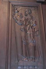 Eglise Notre-Dame - Deutsch:   Katholische Pfarrkirche Notre-Dame-de-l\'Assomption in La Ferté-Alais im Département Essonne (Île-de-France/Frankreich), Innentür mit den Reliefs der zwölf Apostel, aus dem 16. Jahrhundert, Darstellung: Apostel Jakobus der Älter (Ausschnitt)