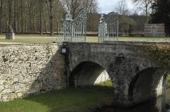 Château de la Grange - Deutsch: Château de la Grange in Yerres im Département Essonne (Île-de-France/Frankreich), Graben