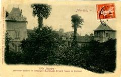 Maison d'Armande Béjart - Français:   La maison encerclée par la végétation, vers 1900.