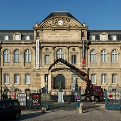 Domaine national de Saint-Cloud (manufacture nationale de porcelaine) - English:  Removal of two Jingdezhen Ceramic vases from the entrance of the National Museum of Ceramics of Sèvres.