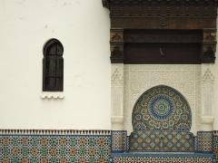 Mosquée de Paris et Institut musulman -  Paris Mosque, first courtyard with tiled fountain.