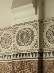 Mosquée de Paris et Institut musulman - English: Plaster carvings and Islamic mosaics on pilasters and wainscotings, in the second courtyard of the Paris Mosque.