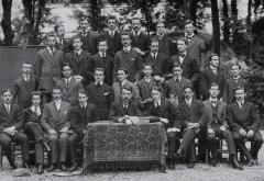 Collège Stanislas -  Photo de classe, année de préparation à St-Cyr, 1909. Charles de Gaulle (Assis, 2ème à gauche). Collège Stanislas, Paris. - Archives du Collège Stanislas - Photographe non déterminé.