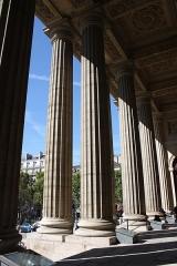 Eglise Saint-Sulpice - Deutsch: Kannelierte Säulen des Portikus der katholischen Pfarrkirche St-Sulpice im 6. Arrondissement von Paris, Frankreich.