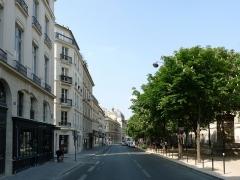Fontaine du Marché-Saint-Germain - Français:   La rue Bonaparte à Paris, vue vers le nord depuis la rue de Vaugirard