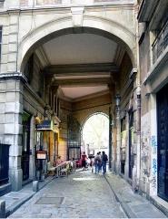 Passage de la Cour du Commerce Saint-André (voir aussi : Enceinte de Philipe-Auguste) - English: Cour du Commerce-Saint-André - Paris