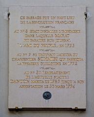 Passage de la Cour du Commerce Saint-André (voir aussi : Enceinte de Philipe-Auguste) -  Plaque commémorative des événements de la Révolution française, cour du Commerce-Saint-André