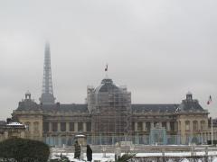 Ecole Militaire - Français:   L\'Ecole militaire de Paris avec la tour Eiffel dans la brume, au loin.