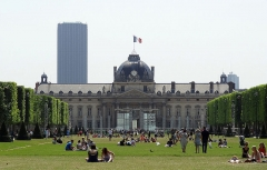 Ecole Militaire - English: In this photo you can see the Champ de Mars park going up to the Ecole Militaire, showing the many people relaxing down on the grass and in front of the building. More information and details at www.eutouring.com/images_ecole_militaire.html