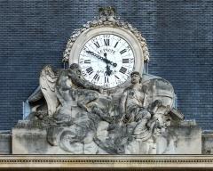 Ecole Militaire - Français:   Horloge publique de la façade principale de l\'école militaire à Paris (7e arrond.). Jean-André Lepaute, horloger du roi, sculpteur Rode (?).