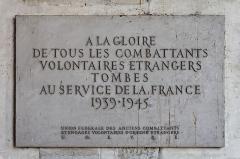 Hôtel des Invalides -  Une plaque commémorative apposé sur un mur des Invalides.