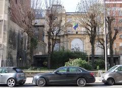 Hôtel de la Rochefoucauld-Doudeauville ou de Boisgelin - Français:   Consulat général d\'Italie, 5 boulevard Émile-Augier (Paris, 16e).