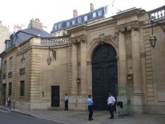 Ancien hôtel Matignon - English: The photo of the main gate to the Hotel de Matignon in Paris, rue de Varenne, 75007, made by Sergey Zhirnoff, a former soviet spy