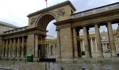 Ancien hôtel de Salm, actuel Palais de la Légion d'Honneur - Français:   Entrée de l\'hôtel de Salm au n°64 rue de Lille - Paris VII