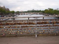 Pont de la Concorde - English: Love padlocks on the Passerelle Léopold-Sédar-Senghor, with the Pont de la Concorde in the background