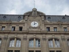 Gare Saint-Lazare -  Il est temps de se rendre Place de la Bastille, pour participer à la 20ème édition des pyramides de chaussures.