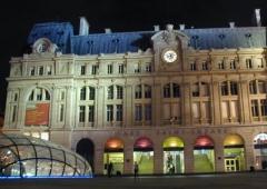 Gare Saint-Lazare - Suomi: Saint Lazaren rautatieaseman julkisivu yöllä.