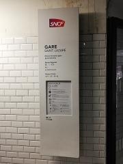 Gare Saint-Lazare - Totem informatif de la gare de Paris Saint-Lazare, en 2018.