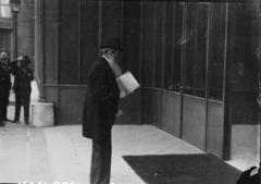 Ancien hôtel Salomon de Rothschild ou de Beaujon, actuellement fondation nationale des arts graphiques et plastiques - English: Maître Henri Géraud entrant à l'Elysée pour demander la grâce de Gorguloff