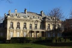 Ancien hôtel Salomon de Rothschild ou de Beaujon, actuellement fondation nationale des arts graphiques et plastiques -  Jardin de l'Hôtel Salomon de Rothschild @ Paris 8   Hôtel Salomon de Rothschild Garden, 12 Avenue de Friedland, 75008 Paris, France.