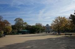 Théâtre Marigny -  Espace central du carré Marigny vers le théâtre Marigny, Jardins des Champs-Élysées, VIIIe arrondissement, Paris, France.