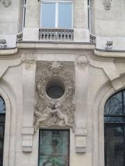 Immeuble, actuellement immeuble du Crédit Commercial de France - Français:   Détail de la façade de l\'ancien Élysée Palace Hôtel, construit en 1898 par Georges Chedanne. Putti de Paul Gasq.