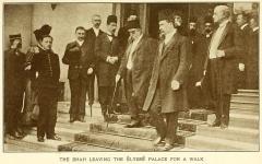 Immeuble, actuellement immeuble du Crédit Commercial de France - English:   The Shah leaving the Élysée Palace