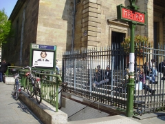Eglise Notre-Dame-de-Lorette - Français:   Entrée de la station Notre-Dame-de-Lorette du métro de Paris