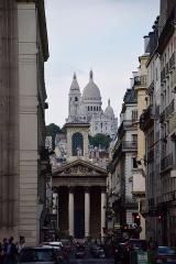 Eglise Notre-Dame-de-Lorette - Français:   La rue Laffitte à Paris, avec Montmartre en arrière-plan.