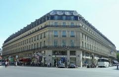 Grand Hôtel - Le Grand Hôtel vu de la place Charles-Garnier, entre la rue Scibe, à droite, et la rue Auber, à gauche