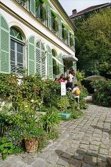 Hôtel Renan-Scheffer, actuellement musée de la vie romantique -  Le batiment de l'exposition permanente du Musée de la vie romantique, à Paris Ville de Paris   Dans son atelier-salon au n°7 de la rue Chaptal, dans le quartier de la Nouvelle Athènes, Ary Scheffer, portraitiste renommé sous la monarchie de Juillet, reçoit le Tout-Paris artistique et intellectuel. Delacroix vient en voisin, comme George Sand avec Chopin qui joue volontiers sur le piano Pleyel. Ils retrouvent Liszt et Marie d'Agoult, mais aussi Rossini, Tourgueniev, Dickens ou Pauline Viardot.... Cette propriété (maison, atelier, serre, jardin..) fut achetée à sa mort en 1858 par sa fille unique Cornélia Scheffer-Marjolin qui dès lors préserva le cadre où travaillait son père....   En 1899, la maison revint à Noémi Renan-Psichari (petite-nièce de Scheffer), qui installa alors un grand salon et une bibliothèque consacrée aux œuvres de son père Ernest Renan... En 1956, la maison fut vendue à l'Etat... qui en remit la gestion à la ville de Paris en 1982... Le musée de la Vie romantique y fut créé en 1987. Extraits du site officiel  <a href=