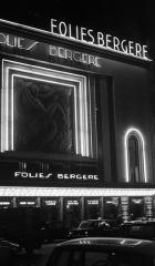 Théâtre des Folies-Bergère -  Párizsm Rue Richer 32., a Folies Bergère mulató.  Tags: neon sign