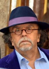 Théâtre des Folies-Bergère - Jean-Michel Ribes au chapeau rubanné assorti au velours violet de sa veste, à la cérémonie des Molières