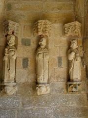 Eglise Saint-Loup - Français:   Église Saint-Loup de Lanloup (22). Porche sud. 3 apôtres de la costale est: Saint-Jacques-le-Majeur,?, Saint-Jean.