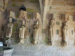 Eglise Saint-Loup - Français:   Lanloup: église Saint-Loup, six statues du porche sud