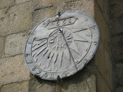 Eglise Saint-Jean-du-Baly - English:   A Sundial by a church wall in Lannion, Brittany, France.