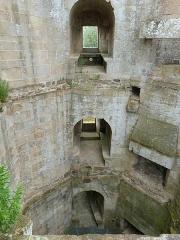 Château de la Hunaudaye - Français:   Intérieur du donjon seigneurial avec son ensemble de cheminées (tour est du château de la Hunaudaye situé à Plédéliac, Côtes-d\'Armor)