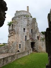 Château de la Hunaudaye - Français:   Donjon seigneurial (ou tour est) vu depuis l\'intérieur du château de la Hunaudaye (Plédéliac, Côtes-d\'Armor)