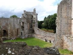 Château de la Hunaudaye - Français:   Tour nord vue depuis l\'intérieur du château de la Hunaudaye (Plédéliac, Côtes-d\'Armor). Cette tour est également appelée tour glaciaire car elle possédait en sous-sol une cave ronde dans laquelle on conservait la glace.