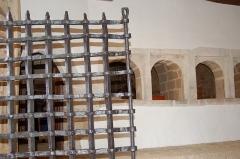 Château de la Roche-Jagu et ses dépendances - Grilles de l'entrée  Derrière les passes plats de la cuisine