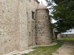 Chapelle Saint-Gonéry et cimetière - Français:   La façade de la chapelle Saint-Gonéry (Plougrescant) donnant sur le cimetière, la chaire à prêcher et le calvaire.