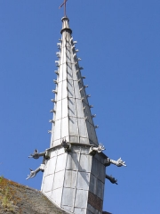Chapelle Saint-Gonéry et cimetière -  Chapelle Saint-Gonéry - Die Bleiummantelte Holzspitze(1612) des romanischen Glockenturms mit seinen Dämonen abschreckenden Wasserspeihern neigt sich unter seiner schweren Last. Plougrescant - Côtes-d'Armor - (Côte de Granit) - Bretagne