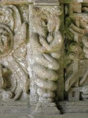 Eglise Notre-Dame - Couple enlacé. Détail sculpté à l'intérieur du porche sud de l'église Notre-Dame de Bodilis (29).