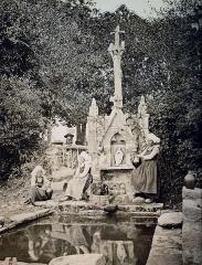 Fontaine et calvaire du Dreneck - Français:   Clohars-Fouesnant: le calvaire et la fontaine du Drennec vers 1870 (photographie, auteur inconnu).