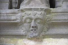 Cimetière - Deutsch: Kirche Notre-Dame der ehemaligen Augustinerabtei, heute katholische Pfarrkirche, in Daoulas im Département Finistère (Region Bretagne/Frankreich), Konsolen unter den Apostelfiguren