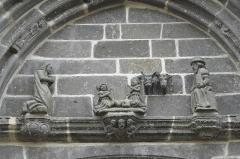 Cimetière - Deutsch: Kirche Notre-Dame der ehemaligen Augustinerabtei, heute katholische Pfarrkirche, in Daoulas im Département Finistère (Region Bretagne/Frankreich), Vorhalle, Tympanon mit der Darstellung der Geburt Christi