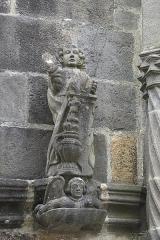 Cimetière - Deutsch: Kirche Notre-Dame der ehemaligen Augustinerabtei, heute katholische Pfarrkirche, in Daoulas im Département Finistère (Region Bretagne/Frankreich), Vorhalle