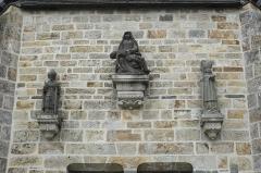 Cimetière - Deutsch: Kirche Notre-Dame der ehemaligen Augustinerabtei, heute katholische Pfarrkirche, in Daoulas im Département Finistère (Region Bretagne/Frankreich), Vorhalle, Pietà und zwei Bischöfe